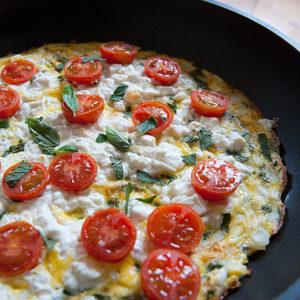 Omelette féta tomate et herbes fraîches